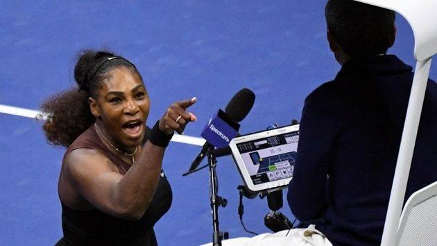 Serena Williamsová během hádky s hlavním rozhodčím Carlosem Ramosem