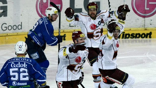 Hokejisté Sparty se radují z branky do plzeňské sítě.