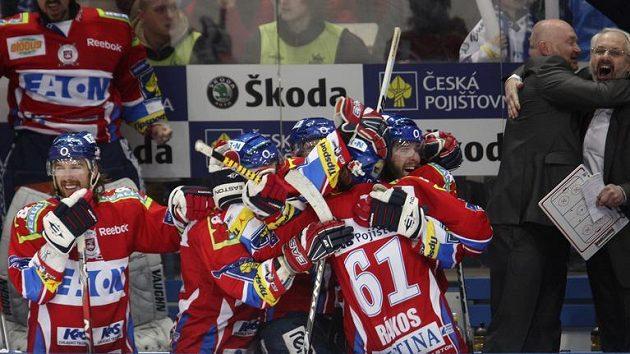 Václav Sýkora (vpravo) se raduje z branky Pardubic ve finále