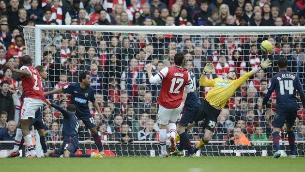 Gólman Blackburnu Jake Kean (ve žlutém) vyráží hlavičku Abou Diabyho (vlevo) z Arsenalu.