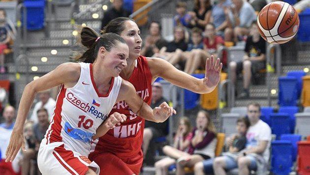 O míč bojují (zleva) česká reprezentantka Dana Kušlitová a Ivana Tikvičová z Chorvatska.