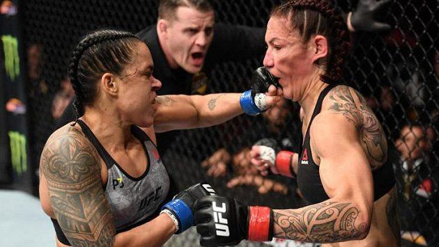 Vítězka Amanda Nunes (vlevo) vs. Cris Cyborg. Zápas, kdy padla neporažená bojovnice.