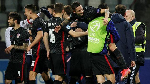Radost mladých chorvatských fotbalistů z postupu do čtvrtfinále ME do 21 let.
