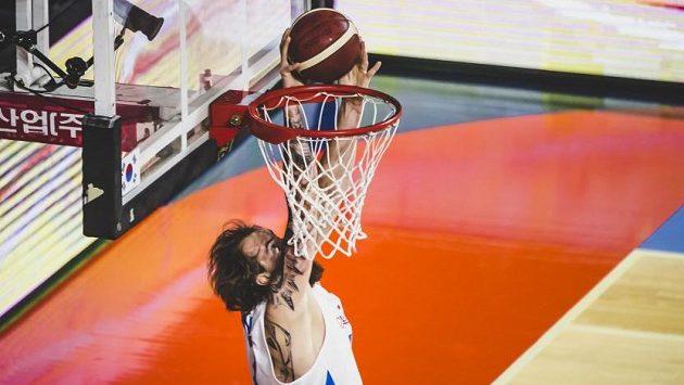Český basketbalista Ondřej Balvín zakončuje jednu z úspěšných akcí.