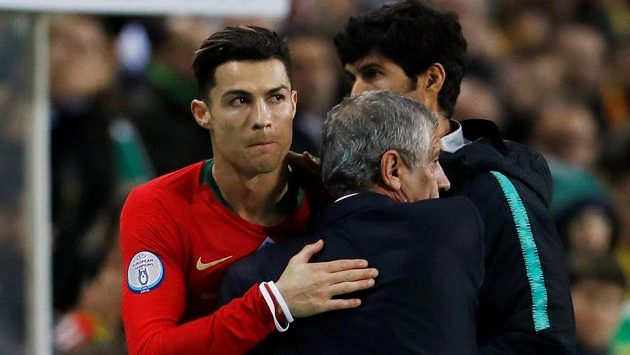 Cristiano Ronaldo se objímá s koučem portugalské reprezentace Fernandem Santosem během kvalifikačního utkání s Litvou