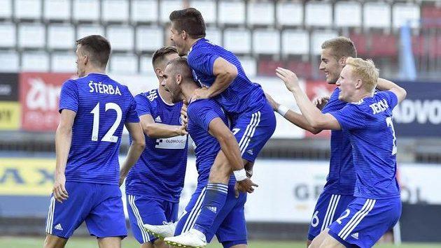 Olomoucká radost! První gól dal Martin Sladký (třetí zleva).