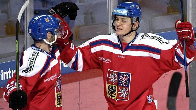 Jakub Klepiš (vlevo) gratuluje Lukáši Radilovi, střelci druhého gólu českého týmu v utkání se Švýcarskem.