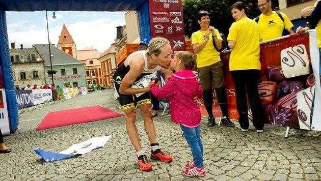Helena Erbenová dostává odměnu od dcerky...