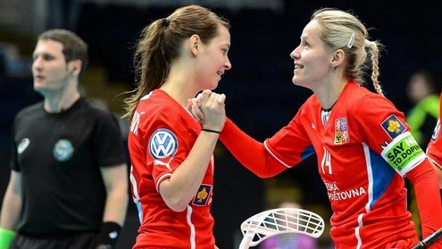 Kapitánka Denisa Billá se raduje z českého gólu spolu s Hanou Sládečkovou.