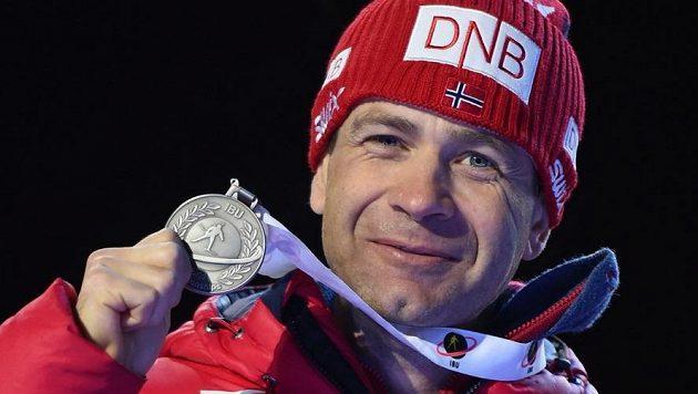 Ole Einar Björndalen se stříbrnou medailí z letošního MS v Oslu.