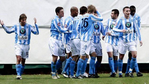 Fotbalisté Mladé Boleslavi se radují z branky do sítě Sparty.