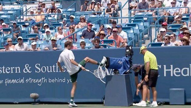 Ruský tenista Daniil Medveděv narazil do kamery během semifinále turnaje v Cincinnati.