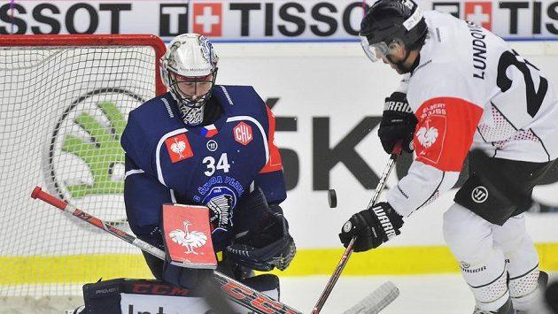 Útočník Joel Lundqvist z Frölundy před plzeňským brankářem Dominikem Frodlem.