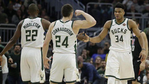 Basketbalisté Milwaukee Bucks Giannis Antetokounmpo (34), Pat Connaughton (24) a Khris Middleton (22) během utkání s Los Angeles Clippers.
