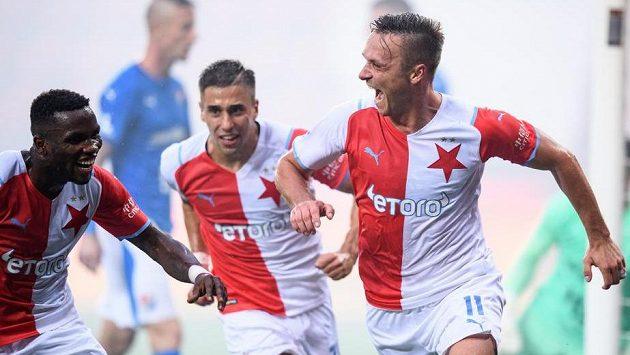 Stanislav Tecl (vpravo) ze Slavie Praha, Ondřej Lingr (uprostřed) a Ubong Moses Ekpai oslavují gól v utkání s Baníkem Ostrava.