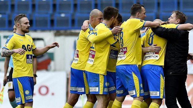 Hráči Teplic se radují z třetího gólu, vpravo je trenér Stanislav Hejkal.