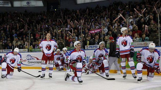 Zklamaní hokejisté pražského Lva po prohraném rozhodujícím utkání v Magnitogorsku.