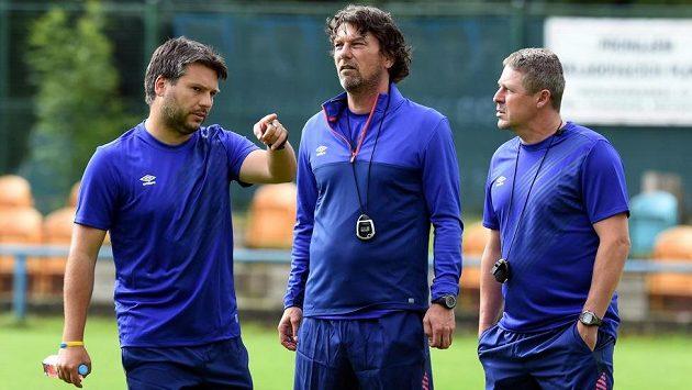 Nový trenér Teplic Daniel Šmejkal (uprostřed) se svými asistenty Jakubem Pekařem (vlevo) a Radimem Nečasem.