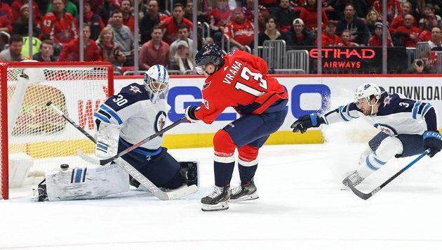 Útočník Washingtonu Jakub Vrána překonává brankáře Winnipegu Jets Laurenta Brossoita.