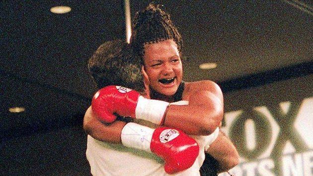 Freeda Foremanová a její radost po premiéře v roce 2000, když porazila Laquandu Landersovou.
