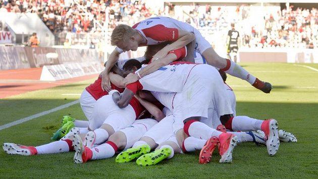 Titul je náš! Hráči Slavie se radují z gólu.