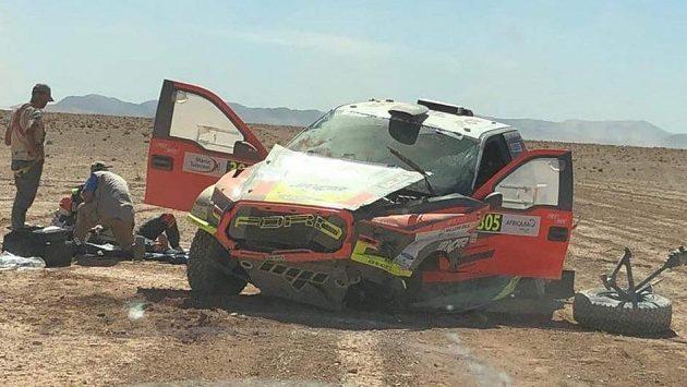 Martin Prokop po vážné nehodě značně poničil speciál ford, hlavně se však zranil jeho spolujezdec Jan Tománek.