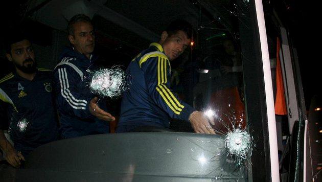 Trenér Ismail Kartal (uprostřed) a hráči Emre Belezöglu (vpravo) a Bekir Irtegün v autobuse, který napadli fanoušci.