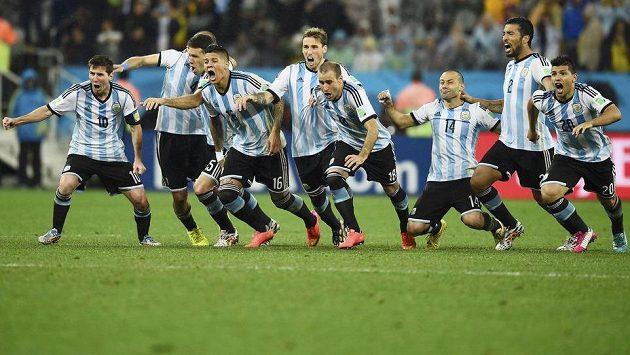 Argentinští fotbalisté zleva Lionel Messi, Pablo Zabaleta, Martín Demichelis, Marcos Rojo, Lucas Biglia, Rodrigo Palacio, Javier Mascherano, Ezequiel Garay a Sergio Agüero se radují z postupu do finále světového šampionátu. Uspějí i proti Německu?