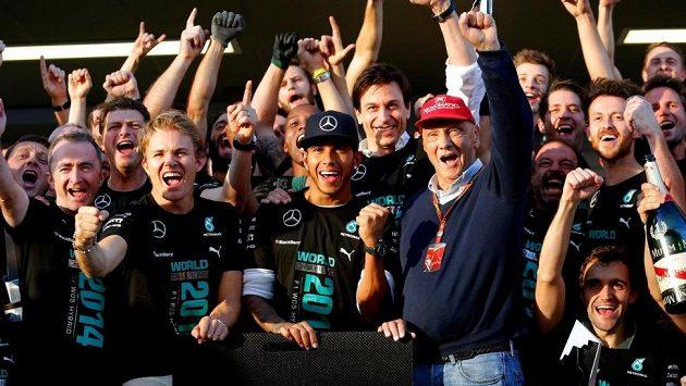 Piloti Mercedesu zleva Nico Rosberg a Lewis Hamilton slavili triumf v Poháru konstruktérů i s Nikim Laudou, jenž ve stáji pracuje jako poradce.