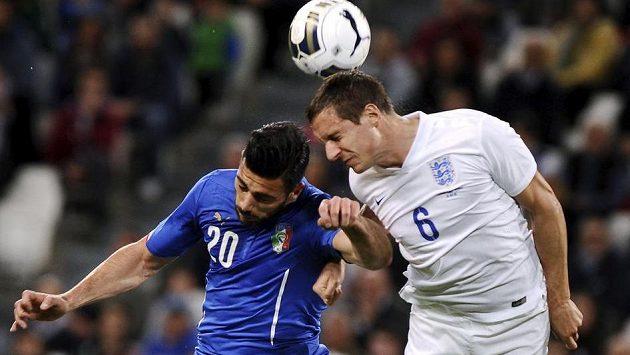 Ital Graziano Pellé (vlevo) bojuje o míč s Philem Jagielkou z Anglie.