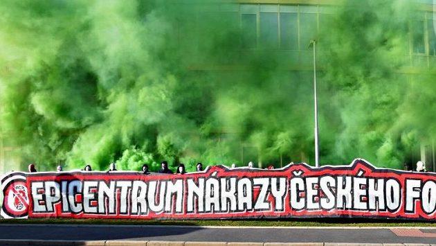 Fanoušci Slavie protestují před budovou FAČR proti poměrům v českém fotbale. Zdroj: Twitter Tribuna Sever