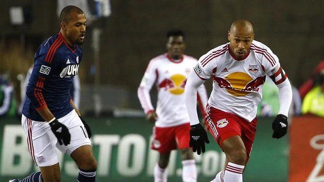 Thierry Henry (vpravo) v newyorském dresu při utkání s New England Revolution unikal Tealu Bunburymu.