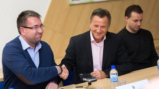 Zleva předseda představenstva Baníku Petr Šafarčík, František Komňanský a Martin Svědík, který zůstáva u klubu v pozici asistenta trenéra.