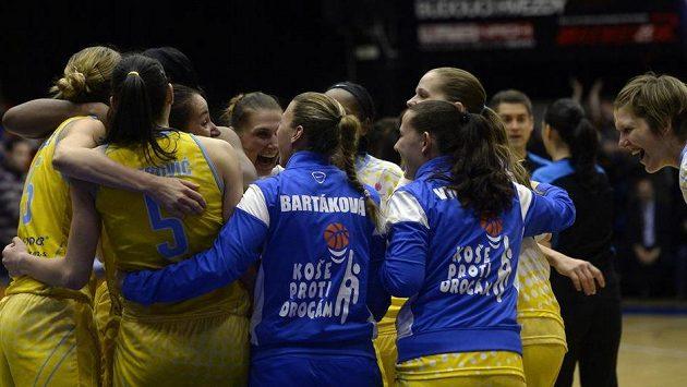 Basketbalistky USK Praha se radují z vítězství nad Krakovem.