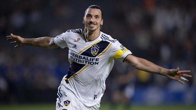 Zlatan Ibrahimovic (9) z LA Galaxy při utkání se Sportingem Kansas City.
