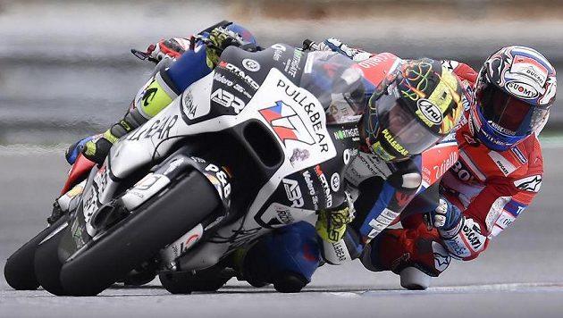 Karel Abraham (vlevo) v závodu MotoGP, za ním Ital Andrea Dovizioso.