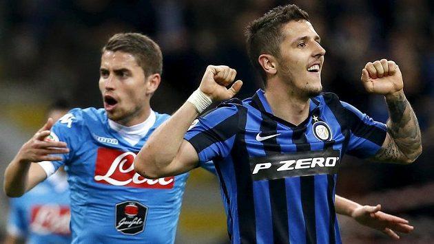 Inter Milán dal gól Neapoli, Stevan Jovetič se raduje.