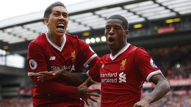 Českého soupeře bereme! Liverpoolští Georginio Wijnaldum (vpravo) a Roberto Firmino se radují v posledním ligovém duelu.
