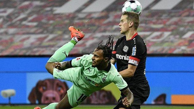 Rakouský útočník Borussie Mönchengladbach Valentino Lazaro se trefuje do sítě Bayeru Leverkusen v utkání 7. kola německé bundesligy.