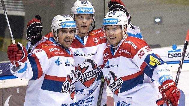 Hokejisté Pardubic (zleva) Tomáš Rolinek, Patrik Poulíček a Martin Štajnoch se radují z gólu.