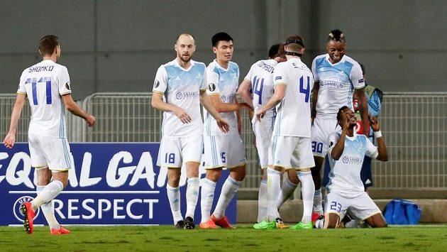 Fotbalisté Astany se radují z branky, kterou vstřelil Patrick Twumasi (klečí).