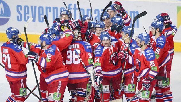 Hokejisté Lva se radují z vítězství.