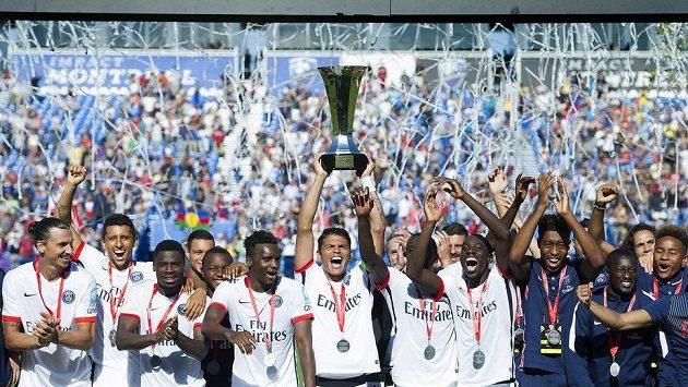 Hráči Paris Saint-Germain se radují z další trofeje.