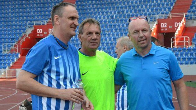 Internacionál Miroslav Kadlec (vpravo) s brankářem mistrovských Vítkovic z roku 1986 Jaroslavem Zápalkou a někdejším spoluhráčem z Vítkovic Jiřím Bartlem (vlevo).
