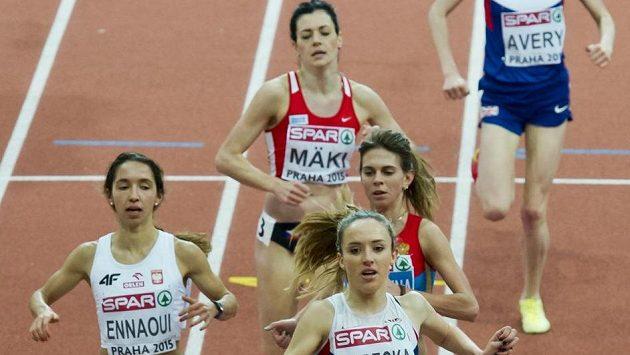 Rozběh žen na 3000 metrů na HME v Praze. Emelie Gorecká z Velké Británie vítězí, na čtvrtém místě dobíhá Kristiina Mäki.