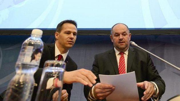 Předseda Fotbalové asociace České republiky (FAČR) Miroslav Pelta (uprostřed) a generální sekretář FAČR Rudolf Řepka (vlevo).