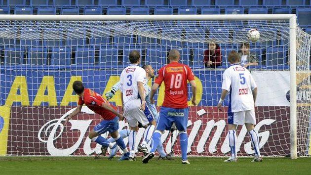 Marek Bakoš (uprostřed v červeném dresu) střílí první gól Plzně v duelu s Ústím nad Labem.