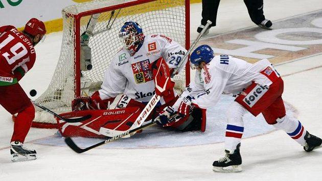 Brankář Tomáš Vokoun zasahuje v přípravném utkání proti Bělorusku.