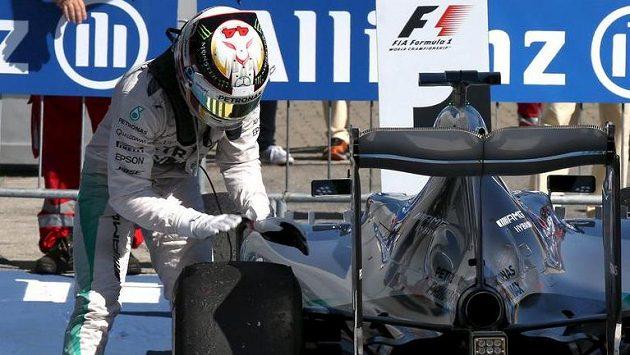 Ty jedna pneumatiko zlobivá...! Lewis Hamilton se po závodě v Monze ještě pořádně zapotil.