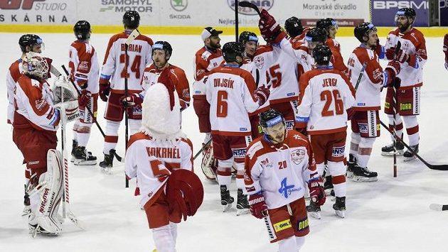 Hráči Olomouce se radují z vítězství.